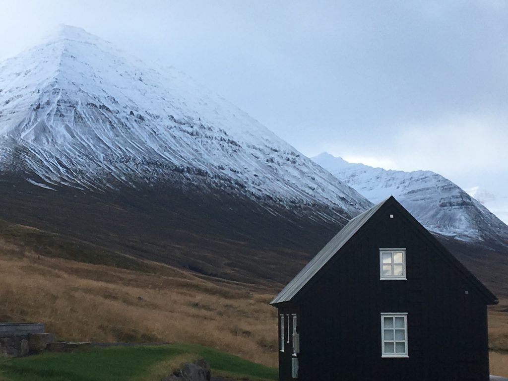 icelandic cabin by the mounatins for yoga retreat and sleeping