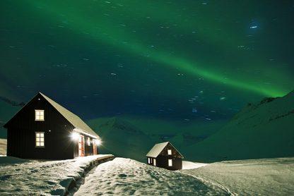 iceland cabin northern lights full sky on yoga retreat